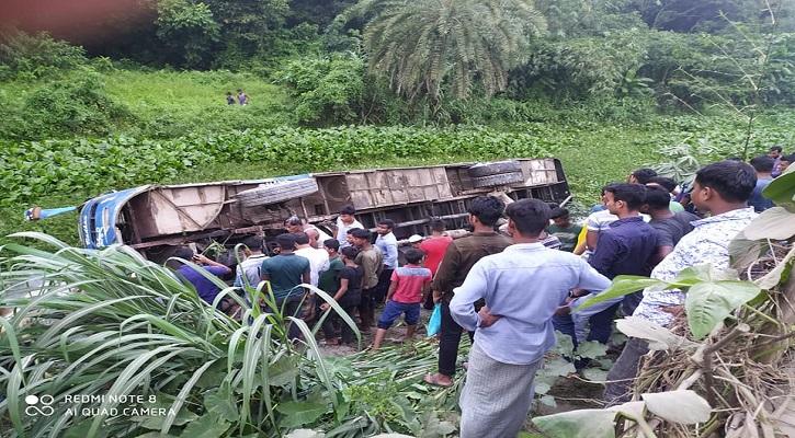 নোয়াখালীতে যাত্রীবাহী বাস খালে পড়ে আহত ৩০